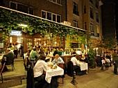 Istanbul: Restaurant Yakup 2, Tische Menschen, abends, beleuchtet