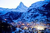 Wallis, Blick auf Zermatt in der Abenddämmerung