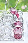 Rosenmarmelade wird in Gläser gefüllt, Step, Rosen zum Frühstück