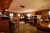 """Speisesaal und Bar vom Gasthof """"Lamm"""" in St. Martin"""