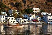 Kreta: Dorf Loutró, Badebucht, Boote Gebäude, sommerlich