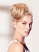 Portrait, Frau blond, Haare hoch- gesteckt, geschminkt, Kamerablick