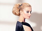 Frau blond, Haare gesteckt, Haar- schmuck, Abendmakeup, seitlich