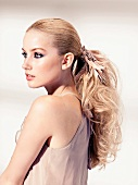 Portrait, Frau blond, Zopf, Abend- makeup, seitlich