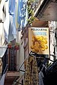 Barcelona: Gasse, Friseursalon, Wäsche auf Leine