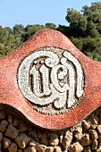 Barcelona: Park Güell, Detail, Güell-Schriftzug, Mosaik