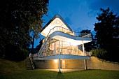 Sachsen: Löbau, Villa Schminke, Fassade, abends, beleuchtet