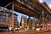 New York: Harlem, Häuserfassade, Stahlträger, Straße, abends, Lichter