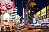 New York: Times Square, abends, Lichter, Reklame, Menschen
