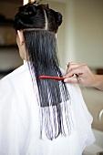 Frau werden die langen Haare abgeschnitten, Rückansicht