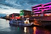 Bremen: Hafen abends, Schiff, Häuser beleuchtet, Promenade