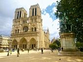 Paris: Notre-Dame-Kathedrale, aussen Touristen