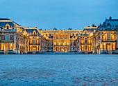 Versailles: Schloss Versailles, abends, beleuchtet, Aufmacher