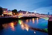 Irland: Dublin, Ha'penny Bridge über die Liffey, abends, Lichter