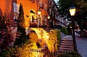Irland: Dublin, Pembroke Road, Hausfassade, abends