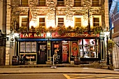 Irland: Tullamore, The Brewery Tap, Eingang, aussen, abends, Lichter