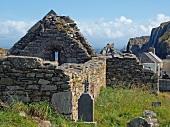 Irland: Cape Clear Island, Ruine einer Kirche, blauer Himmel