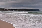 Irland: Antrim-Küste, Strand, Meer, Felsen, herbstlich.