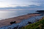 Irland: Fanore, Strand, Meerblick, Horizont, Abenddämmerung.