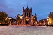 Irland: Belfast, St. Annes Cathedral Fassade, abends, beleuchtet.