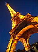 Paris: Eiffelturm beleuchtet, abends