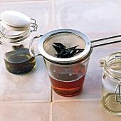 Öl, Vanilleöl durch ein Sieb abgießen, Step 3