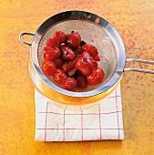 Öl, Erdbeer-Tomaten-Öl durch ein Sieb abgießen, Step 1