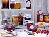 Regal mit eingemachtem Obst & Marmeladen