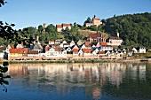 Hirschhorn: Blick auf Häuser am Neckar, malerisch