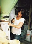 Müllerin Annelie Wagenstaller beim Abfüllen der Mehlsäcke