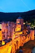 Heidelberg: Schlossruine, abends, beleuchtet.