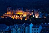 Heidelberg: Blick aufs Schloss, abends, beleuchtet.