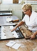 Printenbäckerin Ursula Klein formt einen Kräutermann