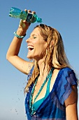 Frau, blaue Bluse, läßt Wasser über Kopf laufen, Abkühlung