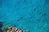 Lykia: Meer blau, Touristen baden, Felsenküste, Blick von oben.