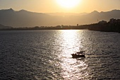 Antalya: Berglandschaft, Meer, Sonnenuntergang, malerisch.