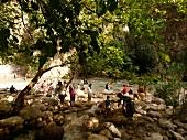 Saklikent: Schlucht, Touristen kühlen sich ab, Steine