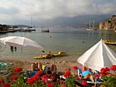 Kas: Bucht, Meerblick, Sonnenschirme weiss, sommerlich