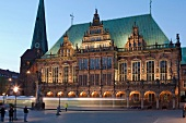 Bremen: Rathaus, abends, beleuchtet, Froschperspektive