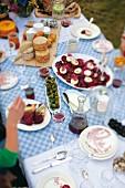 Gedeckter Tisch im Freien mit Häppchen, Käse & Wein