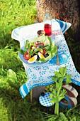 Salade Nicoise auf Tischchen im Freien