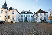 Ostseeküste: Herrenhaus Gelting, Fassade weiss, Eingang