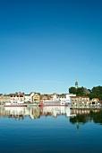 Ostseeküste: Kappeln, Ufer, Blick auf die Stadt, blauer Himmel