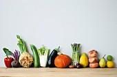 Stillleben mit frischem Gemüse & Obst