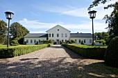 Ostseeküste: Gut Behrensbrook, Fassade weiss, Einfahrt