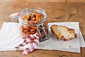 Caponata Siciliana im Glas mit Brot zum Verschenken