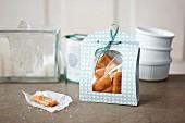 Selbstgemachtes Speck-Karamell in Geschenkverpackung