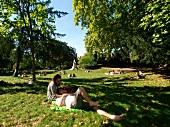 Paris: Parc Monceau, Grünfläche, Pärchen