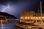 Kroatien: Dubrovnik, alter Hafen, Boote, abends, Gewitter