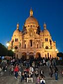 Paris: Blick auf Sacré-Coeur, Fassade, Abenddämmerung